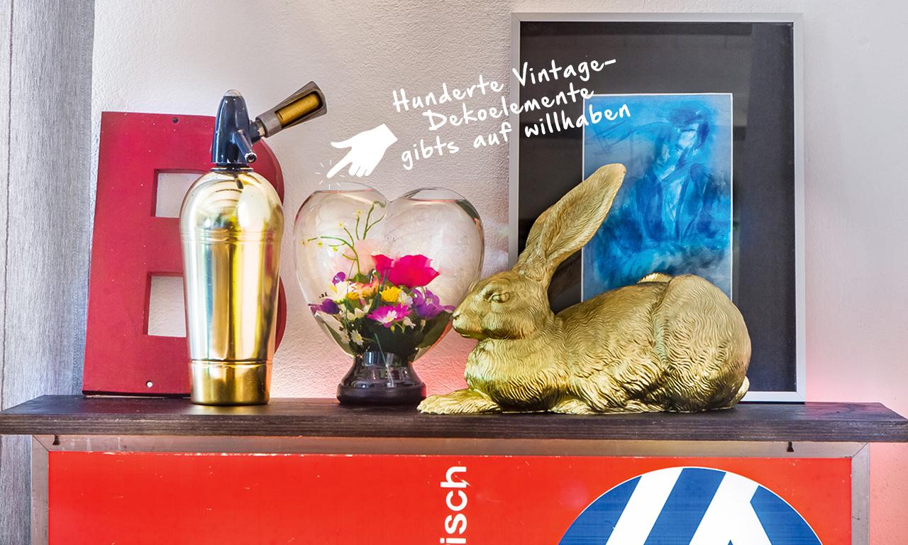 Coole Deko-Elemente auf der Kaffe-Leuchtreklame vom Wirtshaus der Eltern.