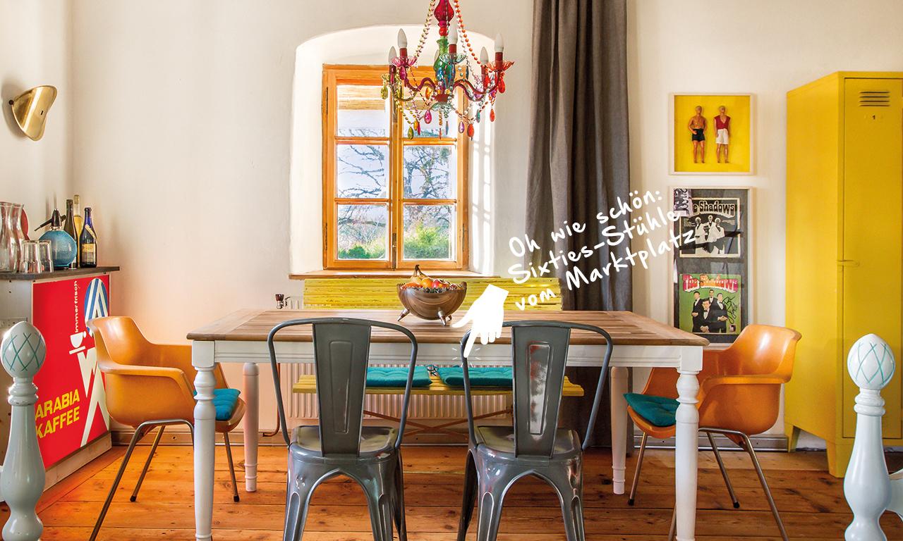 Parkbank und Sixties-Stühle an einem Vintage-Tisch